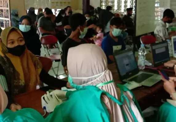 WARGA KEDUNGGADING ANTUSIAS MENGIKUTI VAKSINASI MASAL DI BALAI DESA